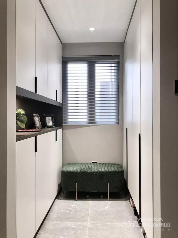 入户玄关位于入户门的侧方,是个两侧都可以做鞋柜,然后中间有窗户的格局,设计师把换鞋凳放在中间,鞋柜的底部和中间做留空处理,让这个角落变得更加实用。