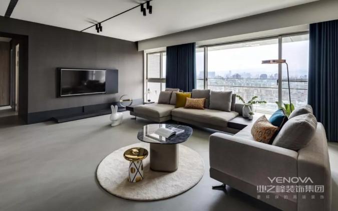 客厅电视墙在深灰色乳胶漆,搭配壁挂的电视机,挨着大面积的落地窗,整个空间显得轻奢而又明亮大方。