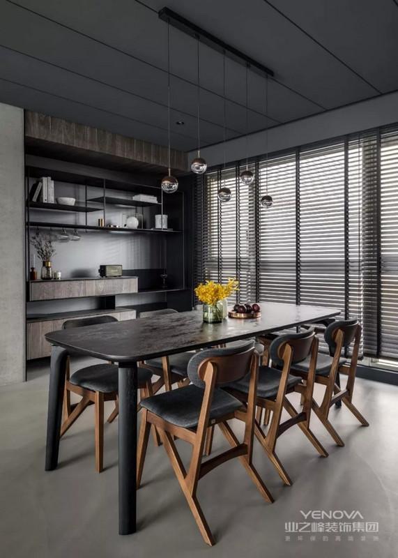 黑木质感的餐桌,搭配木质+灰色坐垫的座椅,窗户也装着黑色的百叶帘,显得稳重而优雅大方。