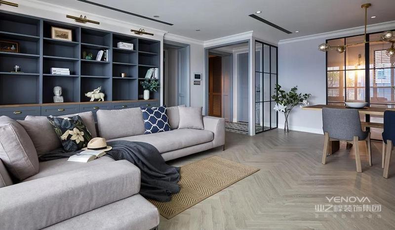 客厅地面采用人字拼贴地板,延伸复古元素。浅木色的地板搭配米白色的沙发,空间显得很温馨,沙发不靠墙
