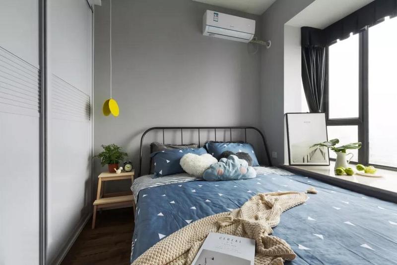 主卧同样以灰白两色为基调,营造静谧舒适的睡眠氛围。1.8米的床靠窗放置,给衣柜和床之间留够通道。