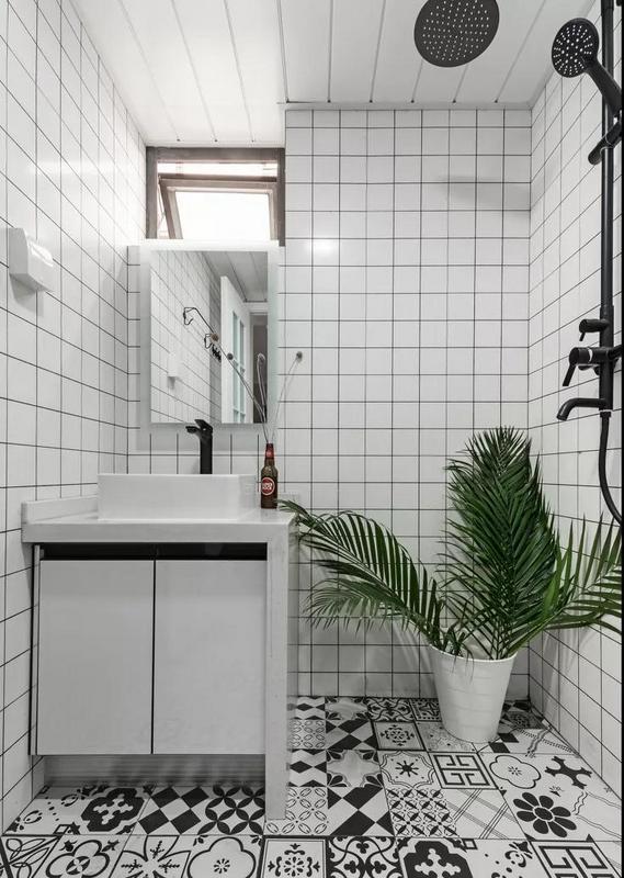 卫生间只有2平方米,盥洗池台面直接落地,防止柜体受潮。