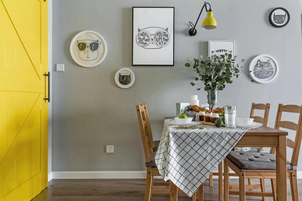 黄色谷仓门与餐厅黄色可伸缩式壁灯遥相呼应,带来轻松、活泼的气息。