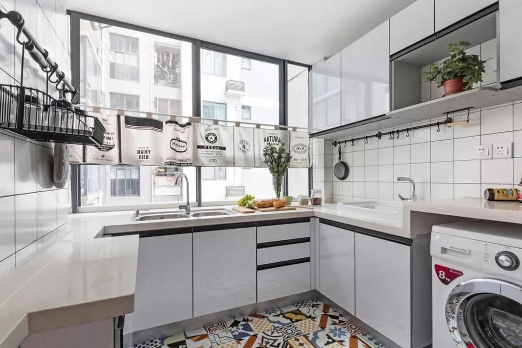 厨房选用白色为主调,搭配精致的小花砖,整个空间清爽活泼。