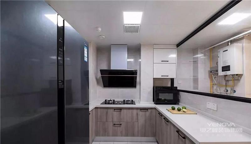 拆移隔墙,调整厨房与生活阳台的空间,为入户增添收纳,同时规划合理的厨房空间与生活阳台。