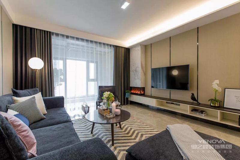 电视背景墙和沙发背景墙做了相同的设计,底部的电视柜选择悬空款式的,侧方还有个壁炉和大理石结合的造型,看着更为大气。