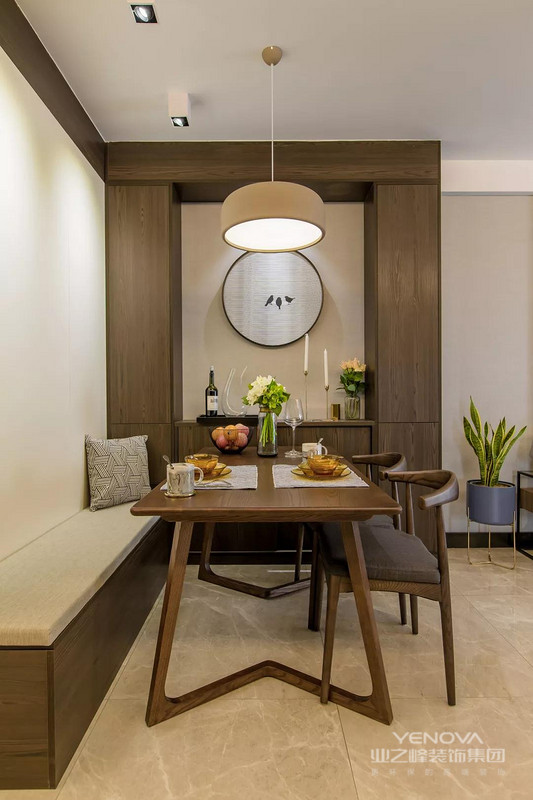 鞋柜背后的是卡座式的餐厅,卡座侧方的墙面做上柜子和留空部分摆放挂画,复古的木质家具让餐厅空间看起来更有格调感。