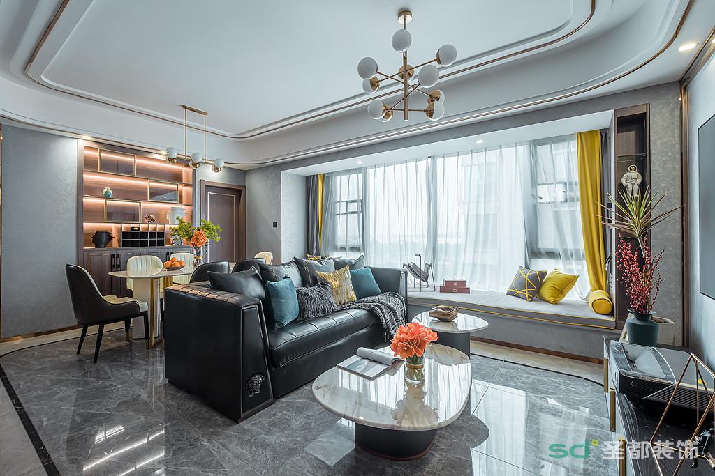 客厅是颜值与功能兼具,客厅以自带低奢气息的深色系为主色调,既照顾到了户主的审美需求,又方便打理。雅黑皮质沙发质地柔软,给归家的主人提供了一个完美解乏之地。