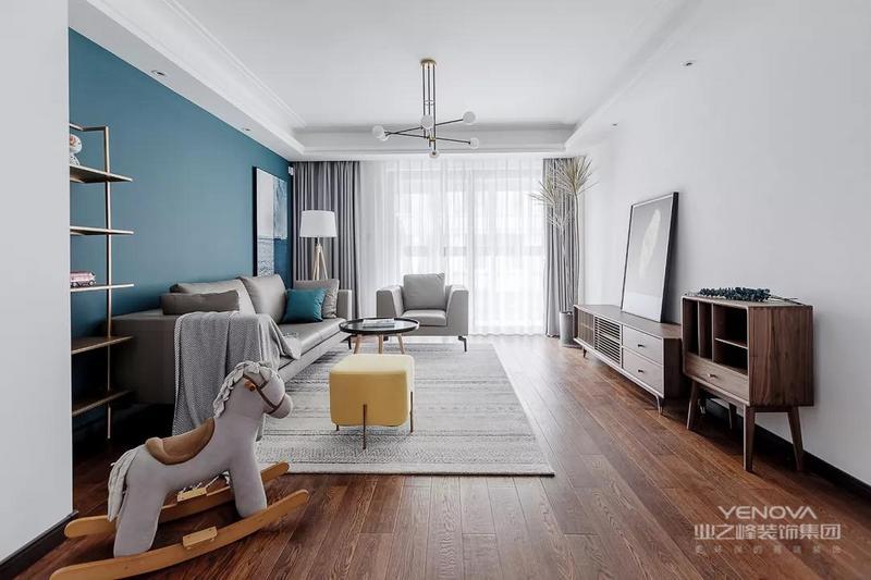 客厅,原木本真的木纹感是最舒适的色调,而大面积的留白处理让空间对光线产生更多的折射。