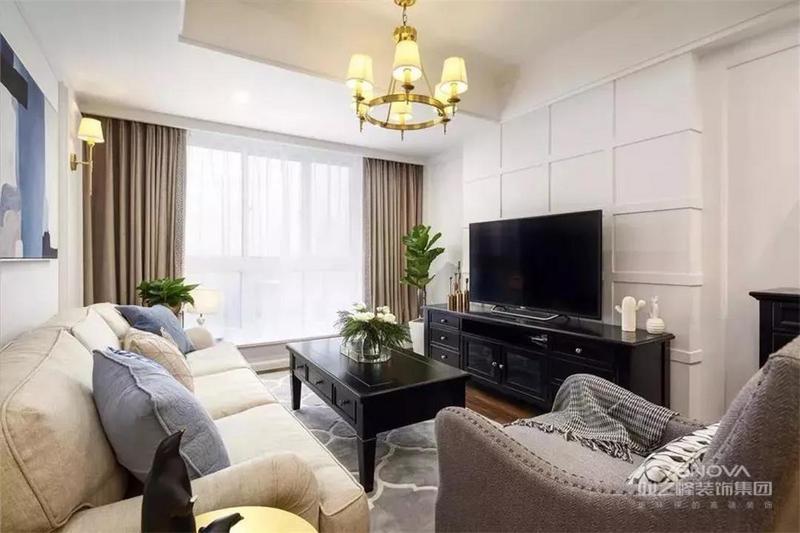 净白的客厅中,电视墙以独特的网格造型,搭配黑色的实木电视柜、茶几,一套舒适的布艺沙发温馨简约,整体轻松自然。