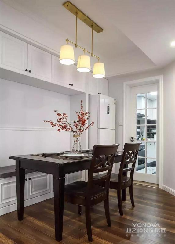 沙发墙侧边的墙体斜着开了扇门,这边就是餐厅区域,搭配显得紧凑而舒适。