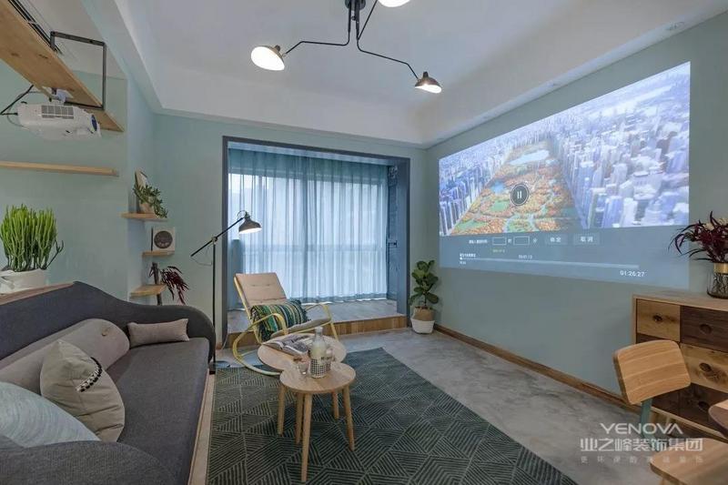 客厅墙面整体采用马卡龙绿的配色,从玄关处望向客厅,清爽之感扑面而来,选择淡蓝色飘逸的纱帘,营造空间悠闲之感