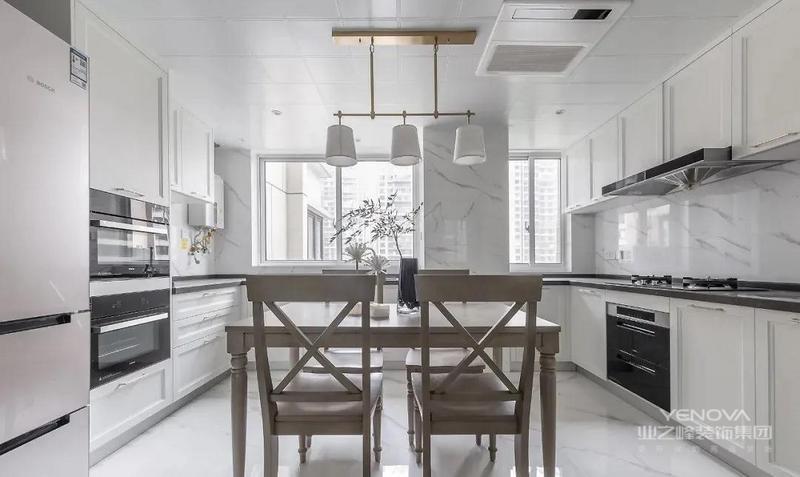 设计师将入门处的空中花园 与原始厨房打通 实现餐厨一体 空间最大化利用