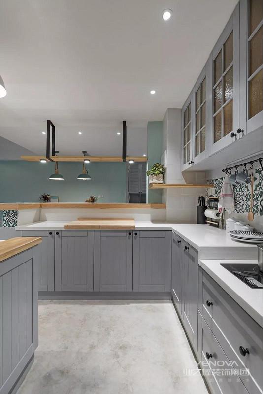 屋主喜欢开放式宽敞的大厨房,我们在厨房设计了操作台和岛台,让中式西式美味自在切换和驾驭