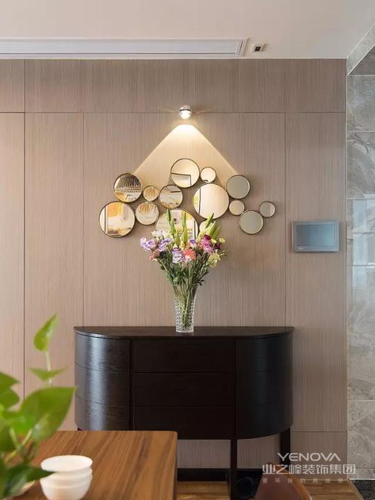原木色的墙面安装墙面镜和照明灯十分精致,摆上一束鲜花,充满生活情趣。黑橡木哑光漆端景柜,沉稳低调又不显张扬