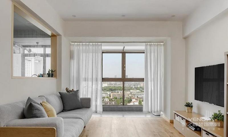 客厅,大大的落地窗带来良好的采光,与白色的空间主调一起,共同营造敞亮明净的生活氛围。