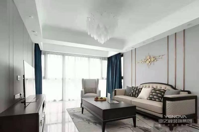 客厅,浅色背景透露出素雅的味道,金属线条驱走单调感,灯具及背景墙装饰低调中凸显精致气息
