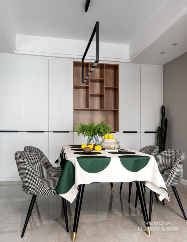 餐厅,收纳柜占据了整面墙却因其浅色调不会给屋主压抑感,细腿餐桌椅搭配不同质感及色彩也可满足空间主人的时尚追求。