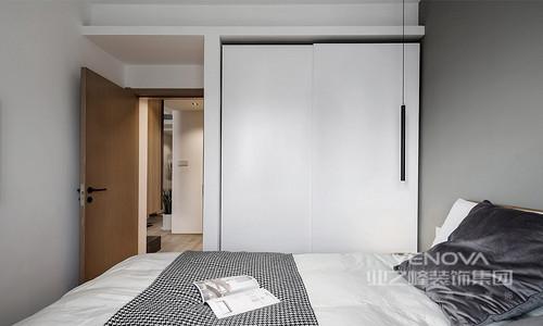 主卧室采用浅灰色背景及白色衣柜配合,十分素静;照明则以气氛打造为主,旨在表达一种生活方式,简单即可,够温馨就好。