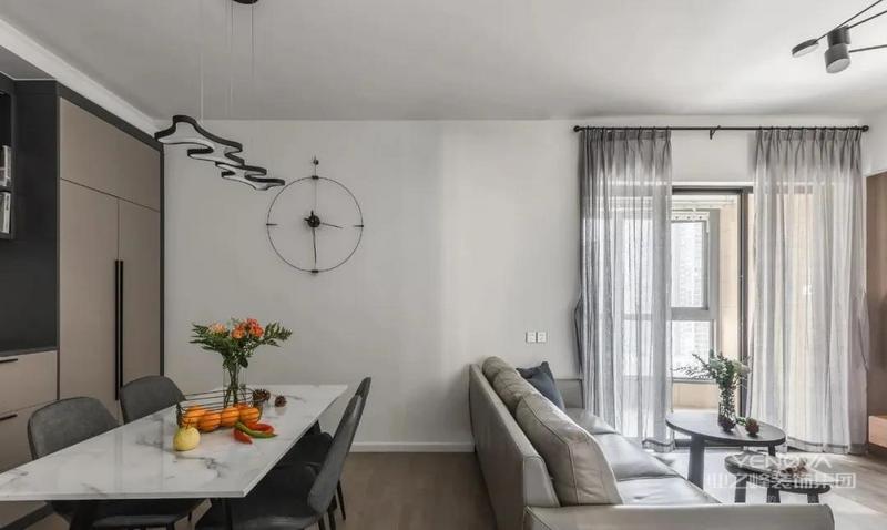 白色大理石餐桌搭配灰色皮质餐椅,造型吊灯与挂钟点缀空间