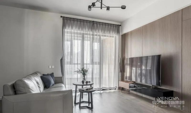 客厅整体配色以灰白木为主,灰色纱帘搭配浅灰色皮沙发