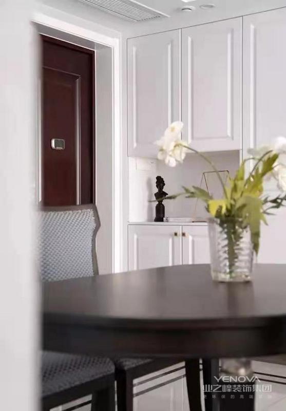 餐厅与客厅氛围保持一致,设计师用深色木质餐桌椅与浅色空间形成对比,去除繁杂多余的装饰,尽量保持简约感。