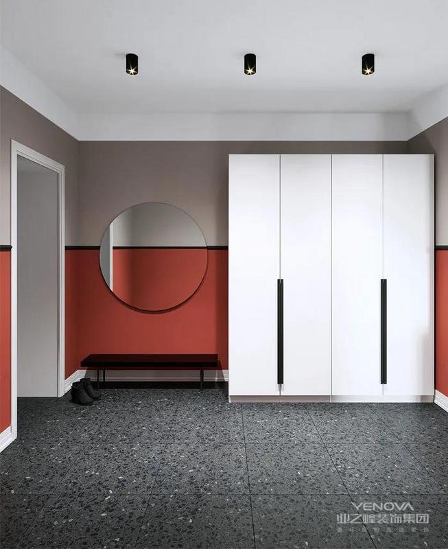 玄关处打造一个超大柜体,满足夫妻一年四季衣服收纳的需求。圆形的镜子搭配简单的换鞋凳,打造回家的仪式感