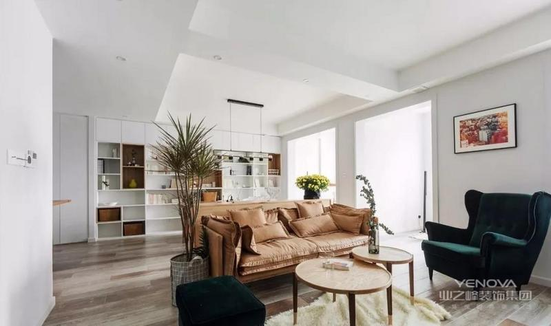 客厅,木色地面搭配浅咖色主沙发,温馨而柔和,圆形原木肌理茶几组与绿丝绒凳为空间丰富质感