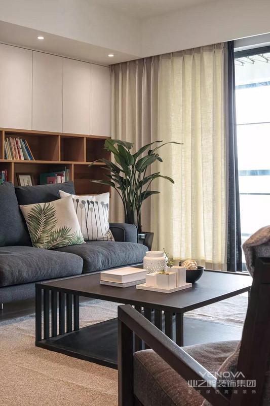 客厅的一面背景墙用作书架与工作区,不仅美观实用,又能彰显出主人的书香气质,同时可以方便客人取阅。