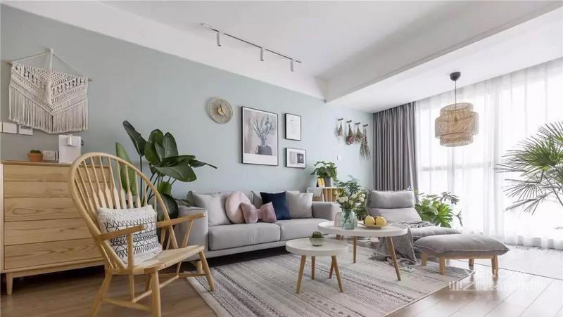 客厅以白色和低饱和度的绿色为基调,大大的落地窗明朗而通透,营造清爽明净的空间氛围。