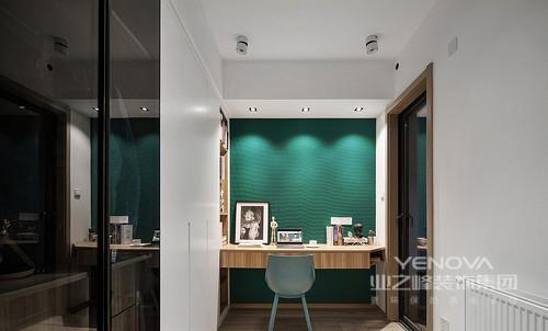工作室采用Mosaicq色背景墙及白色乳胶漆配合混白家具,巧妙将空泛的空间装点些许色彩,使得原本空乏的空间更具有话题性,是时尚,也是清新。