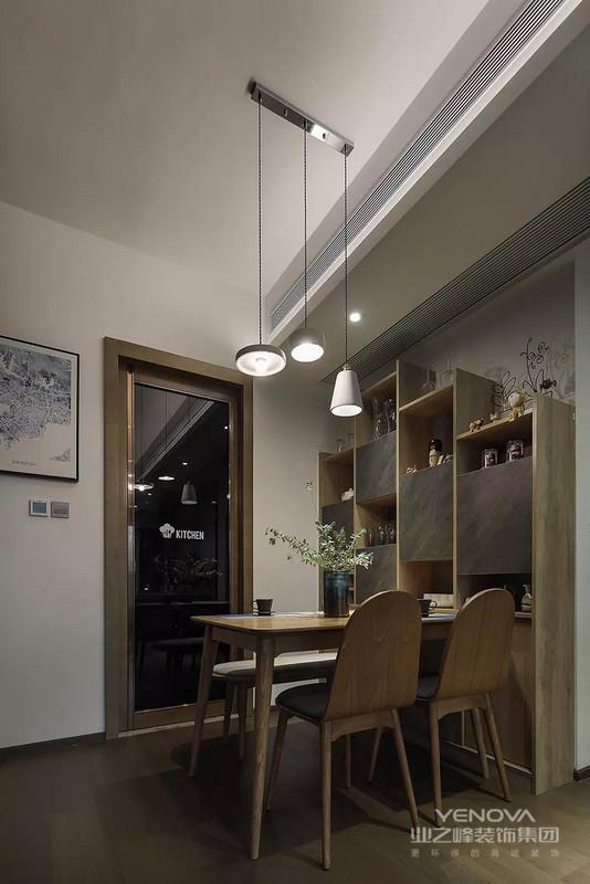 餐边柜是木质开放+灰色门的搭配,集了收纳与展示功能一体