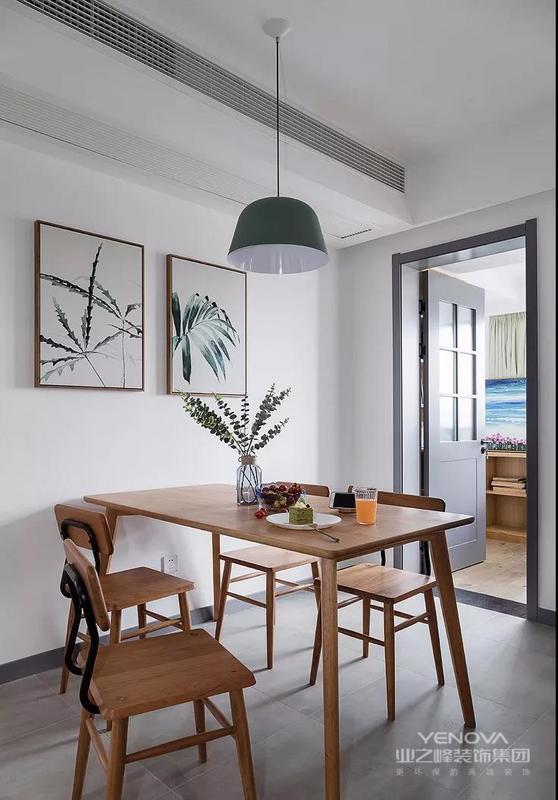 灰色的玻璃木格门设计,可以将光线引入到餐厅,餐桌椅樱桃木的纹理还是蛮细腻的,非常耐看。