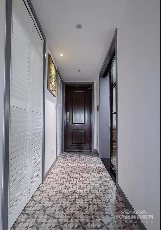 走廊左侧是个储藏间,都采用的是百叶折叠门。地面铺设了小花砖,精致又好看。