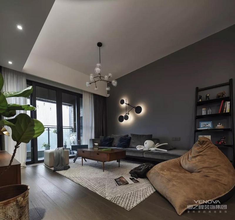 深灰色调的客厅空间,在暖色舒适的灯光布置下,营造出一个低调奢华的温馨氛围感,灰得有深度。