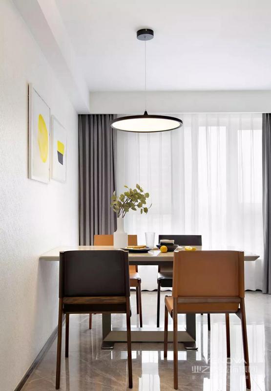 餐厅,餐桌与座椅的色调呼应整体风格。