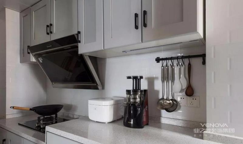 厨房仿工字地铁砖图案瓷砖,灰色橱柜门搭配错落台面,耐脏又具人性化设计