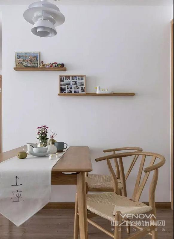 白色的吊灯,木色的餐桌椅,同色系的墙面隔板,摆上照片以及装饰小物,别致又温暖,让家回归烟火气息。