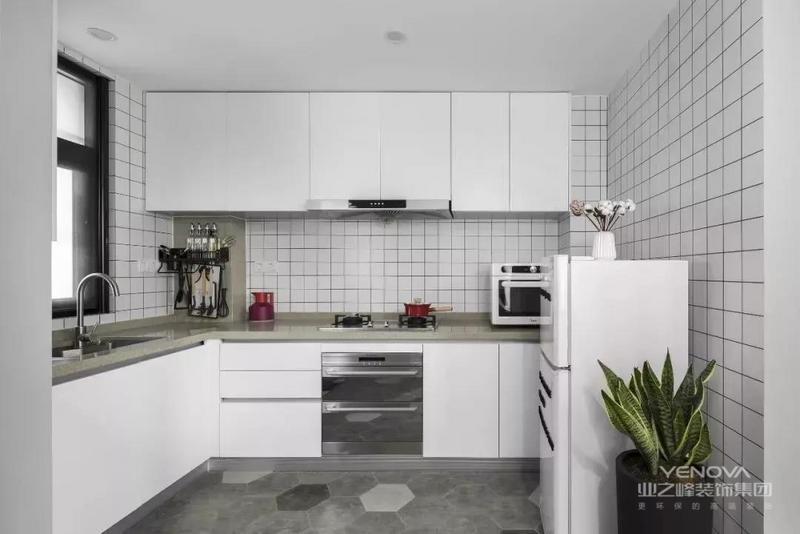 拆除原本的门窗,打造出一个开放式L形厨房,增加采光,空间看着更通透。六边形地砖和木地板无缝拼接,巧妙地为客厅和厨房做分区