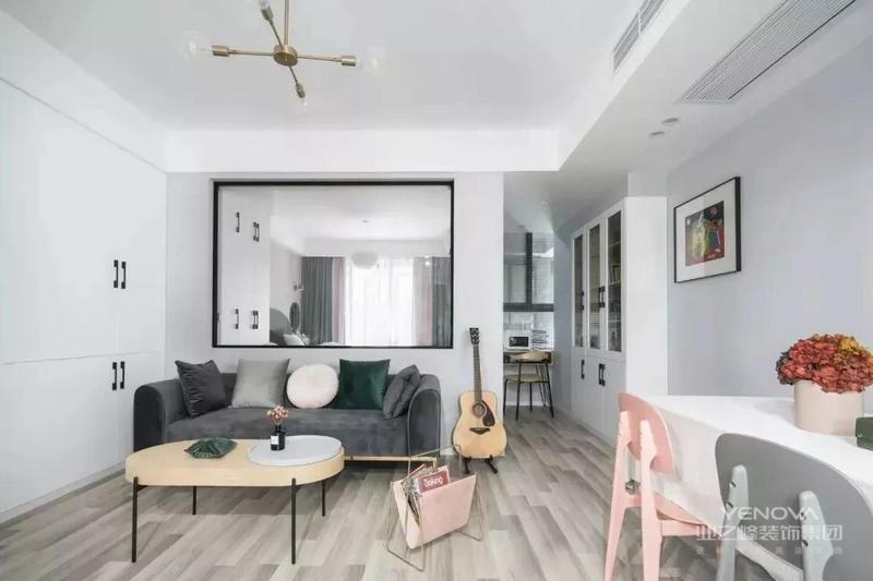 客厅的沙发、茶几都选择体积小的,不占用过多空间,留出更多可自由活动的范围。客厅背景墙挖了个洞,巧妙利用半扇透明窗解决小黑屋的窘况。一副纱帘,可根据需要引入或遮蔽光线