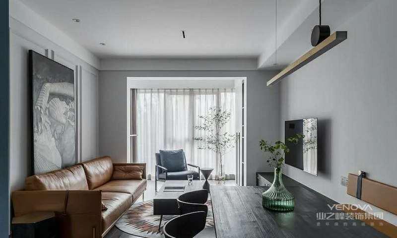 客厅整体以浅灰色为主调,奠定安静舒适的空间氛围。无主灯的设计使得空间更加纯粹干净,品味十足。