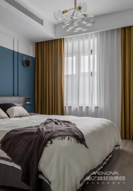 灰白两色佐以深蓝床头背景,营造安谧优雅的睡眠氛围。姜黄色窗帘的融入,高级感与质感满分。