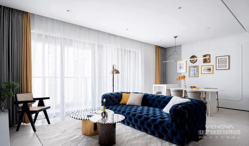 客厅围绕深蓝色沙发奠定复古优雅的基调,地毯、茶几上简约流畅的线条,让空间富有灵动的魅力。