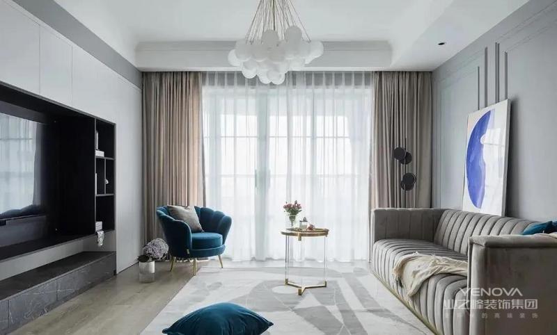 改造后的客厅融合临近空间,成为采光通透的大空间,灰调做为空间的主色调,湖蓝色点缀其中,让空间彰显更精致的时尚气息。
