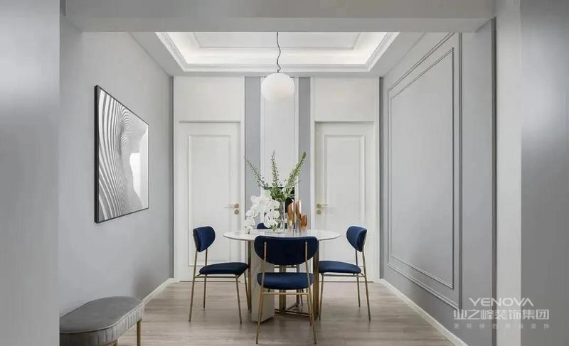 餐厅改造之后,成为较为独立的私密空间。白色与浅灰构成简单清爽的就餐环境,餐厅置于中心位置,白色大理石餐桌搭配深蓝色几何座椅,线条简约,有层次。