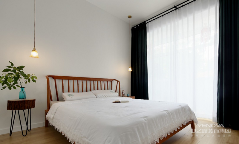主卧,祖母绿的天鹅绒窗帘是复古场面的最优选择,高级而又优雅。