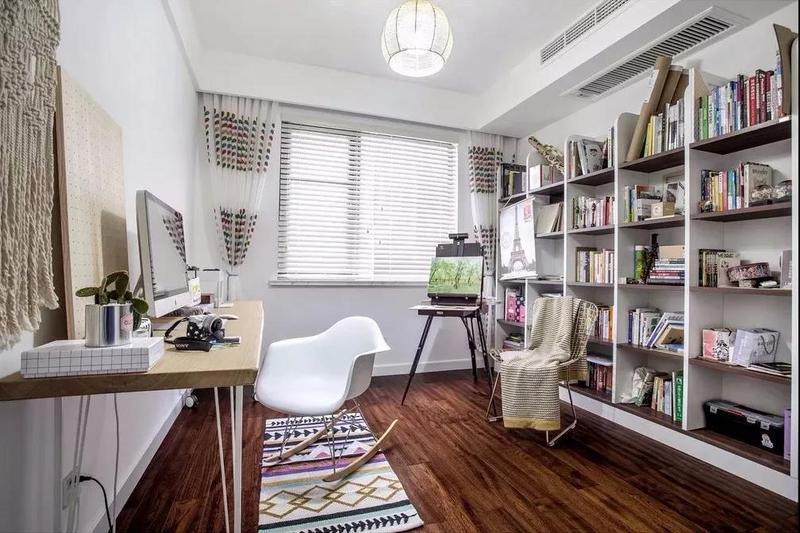 书房里面有个书柜一个书桌,在里面读书免于被打扰。
