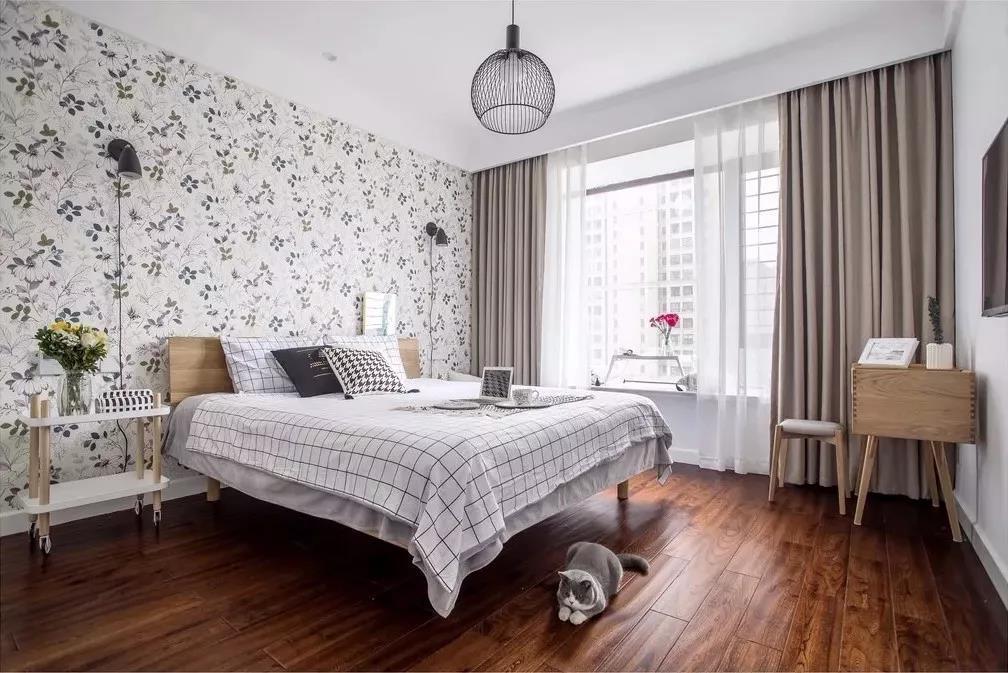 碎花的墙纸和格子的床上用品让卧室充满小清新味道。