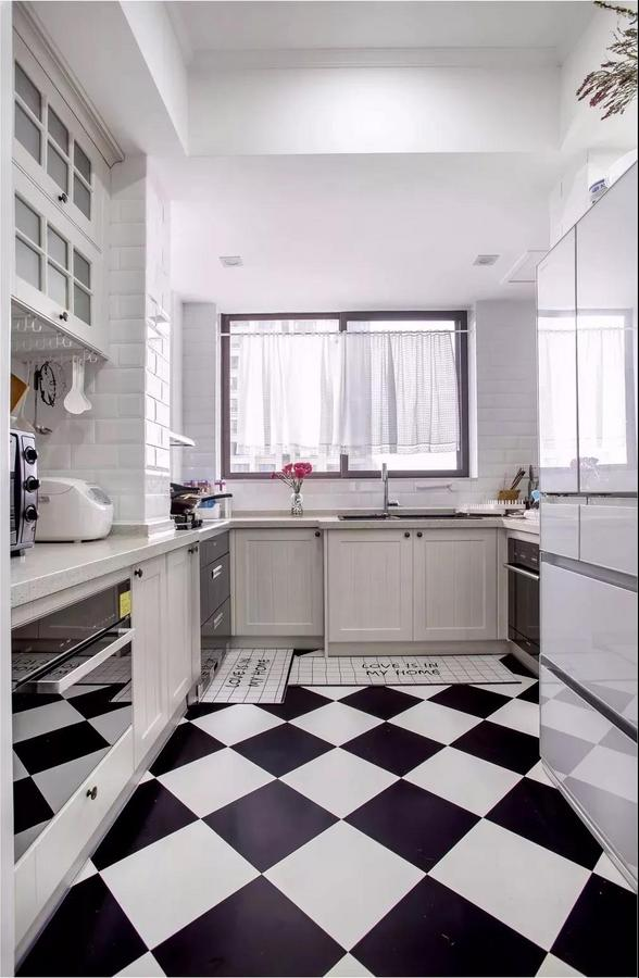 黑白相间的地砖看起来很有格调,整个厨房干净整洁,并且由于空间格局原因,看起来宽敞。