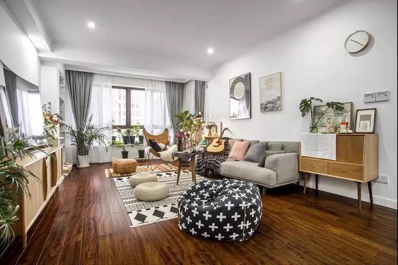 木质地板看起来很有质感,房间装饰搭配的很精致。